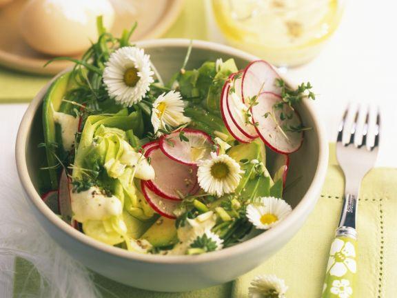 Kopfsalat mit Radieschen, Avocado und Gänseblümchen
