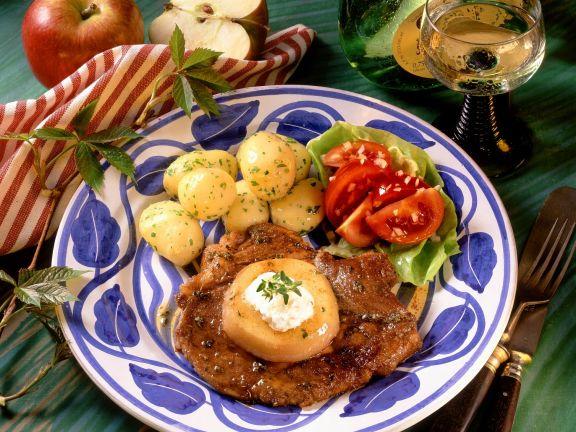 Kotelett mit Apfel und Petersilienkartoffeln