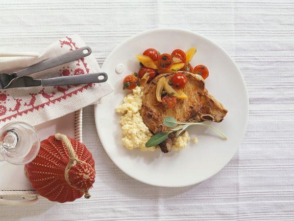Kotelett mit Maisbrei und Tomatengemüse