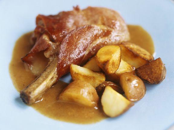 Kotelett vom Baconmantel mit Kartoffeln
