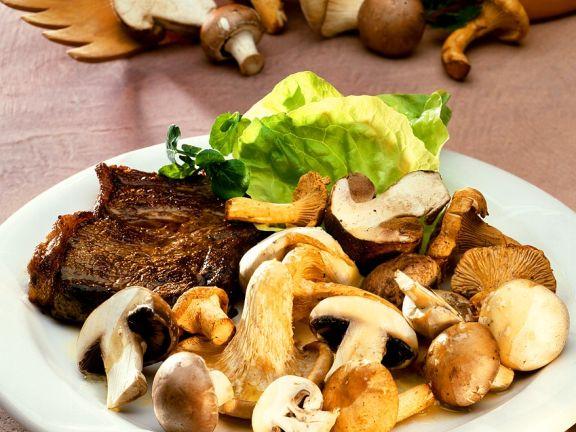 Koteletts mit gebratenen Pilzen