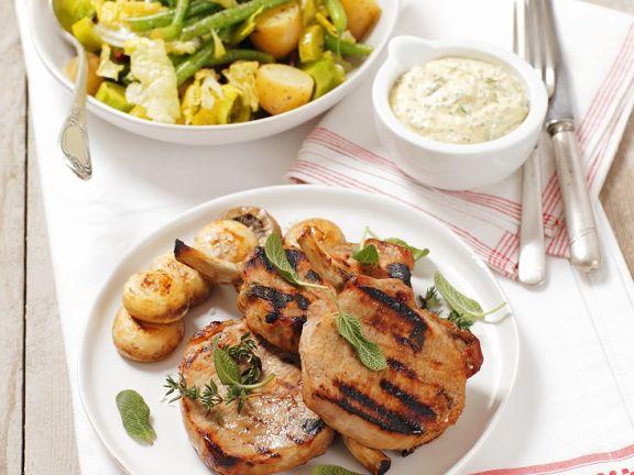 Koteletts vom Grill und Kartoffelsalat mit Bohnen