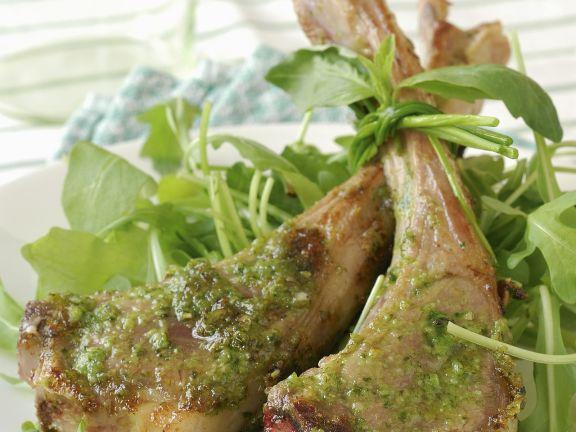 Koteletts vom Lamm mit grünem Pesto und Rucola