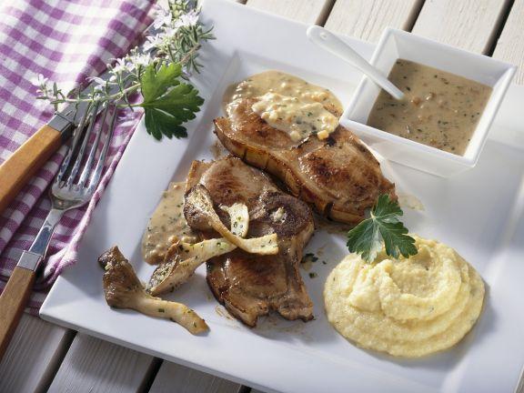 Koteletts vom Spanferkel mit Biersoße, Pilzen und Maisbrei (Polenta)