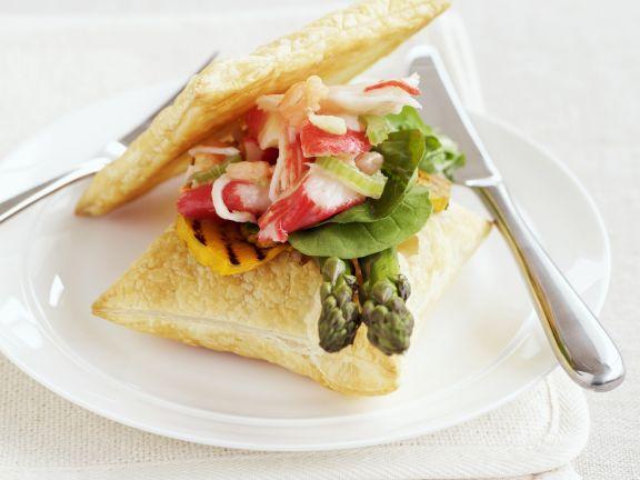 Krabbensalat mit Spargel und Blätterteigecken