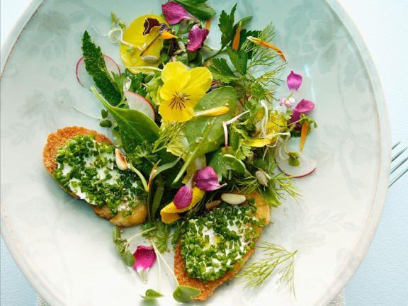 Kräuter-Blütensalat mit Schnittlauch-Röstbrot