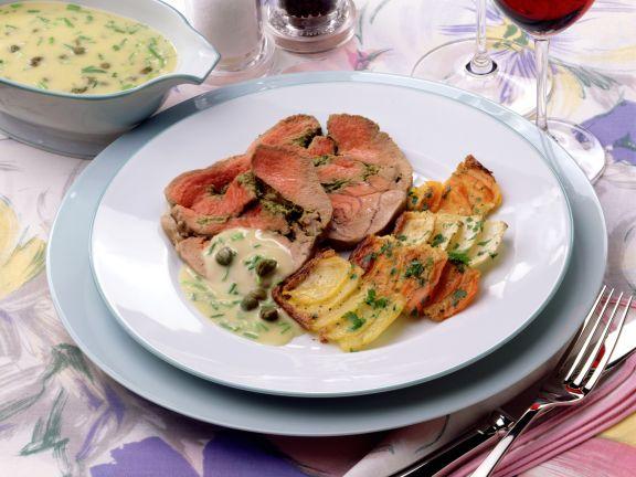 Kräuter-Lammkeule mit Kapernsauce und Kartoffelgratin