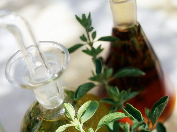 Kräuteröl und Essig in Karaffen
