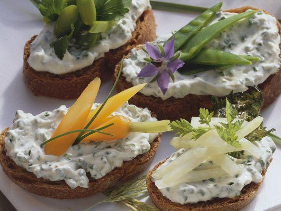 Kräuterquark-Brote mit Gemüse