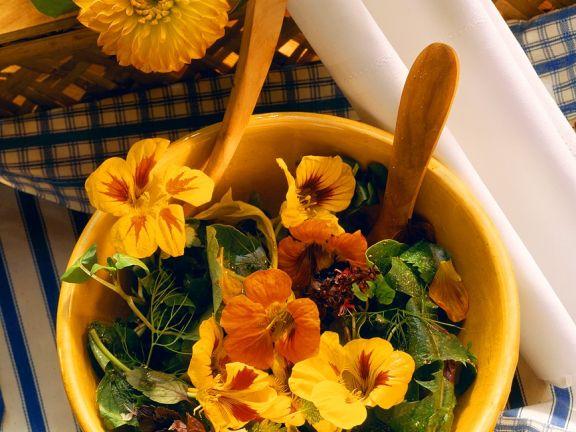 Kräutersalat mit Blüten