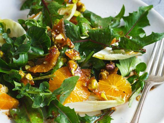 Kräutersalat mit Mandarinen und Pistaziencrunch