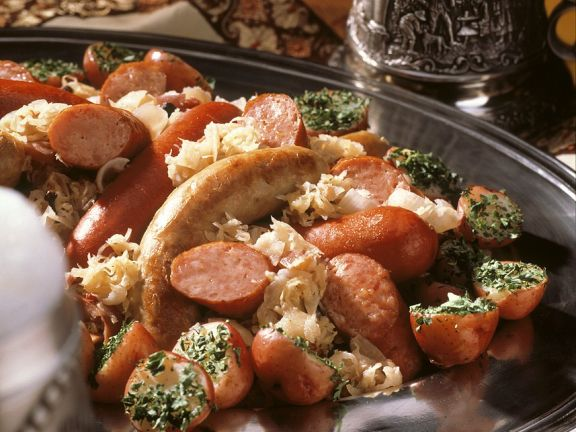 Krautplatte mit Würsten und Kartoffeln