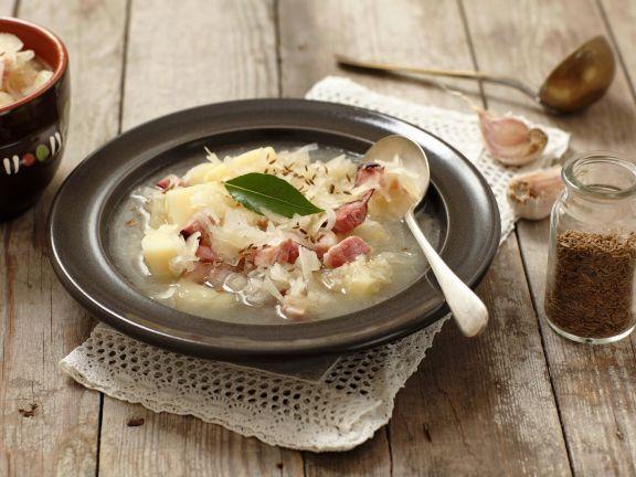 Krautsuppe mit geräuchertem Speck und Kartoffeln
