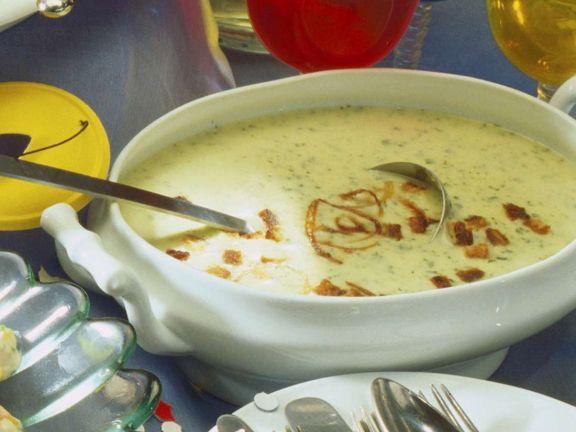 Kressesuppe mit Zwiebelringen und Croutons