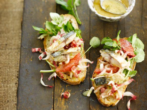 Krosses Weißbrot mit Makrelensalat