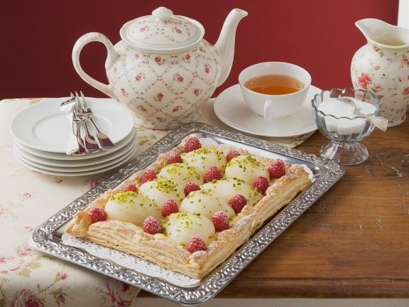 Kuchen mit Beeren und Birne