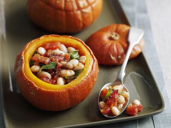 Kürbis mit Bohnen-Tomaten-Füllung