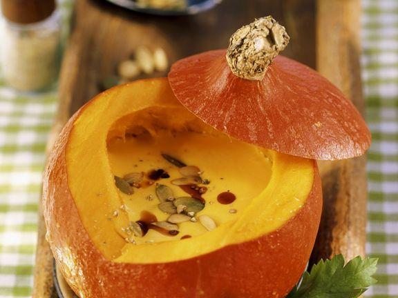 Kürbiscremesuppe mit gerösteten Kürbiskernen