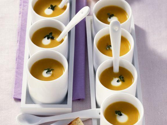 Kürbiscremesuppe mit Joghurt und Thymian