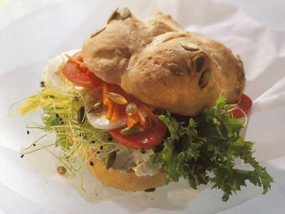 Kürbissemmel mit vegetarischem Belag