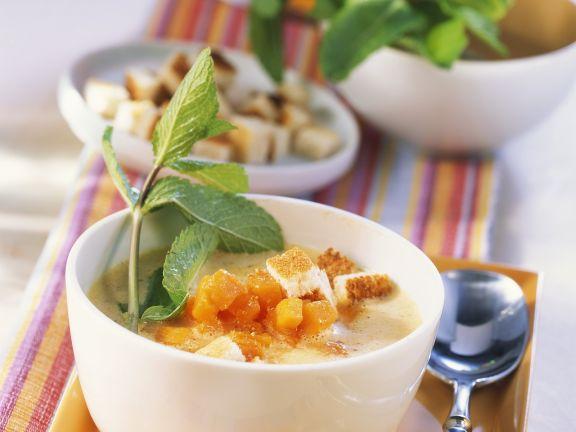 Kürbissuppe mit Apfel und Croutons