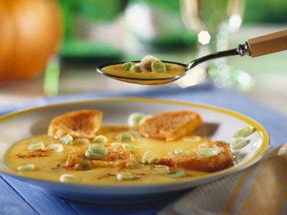Kürbissuppe mit Gewürz-Röstbrot