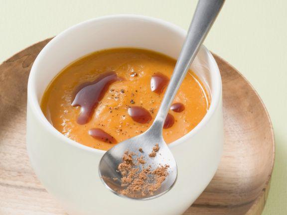 Kürbissuppe mit Kardamom und Kürbiskernöl