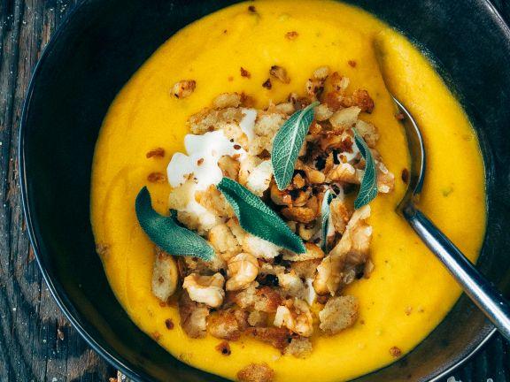 Kürbissuppe mit Salbei und Walnüssen