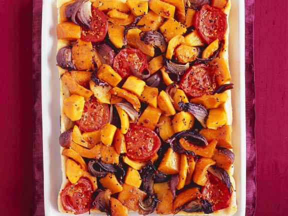 Kürbistarte mit Tomaten und Zwiebeln