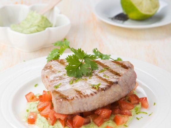 Kurzgebratener Thunfisch auf Avocado-Tomaten-Bett