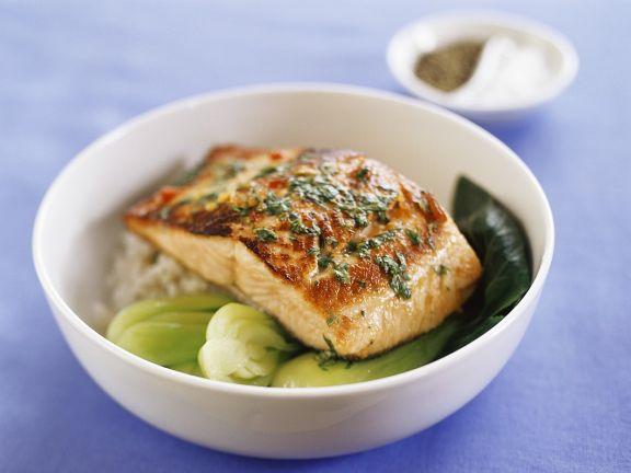 Lachs auf asiatischem Gemüse und Reis