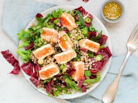 Lachs auf Salat mit Buchweizen und Limetten-Dressing