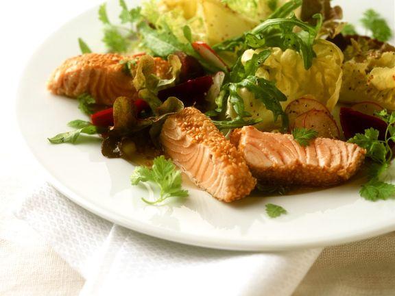 Lachs im Sesammantel mit Salat