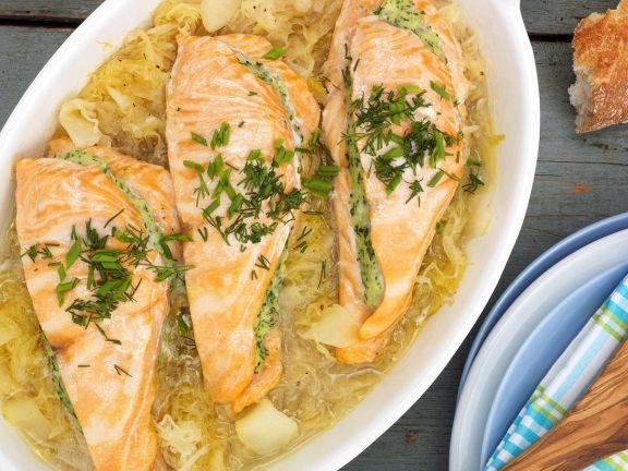 Lachs mit Kräuter-Fisch-Füllung auf Cidrekraut