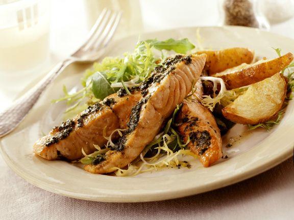 Lachs mit Salat und Ofenkartoffeln