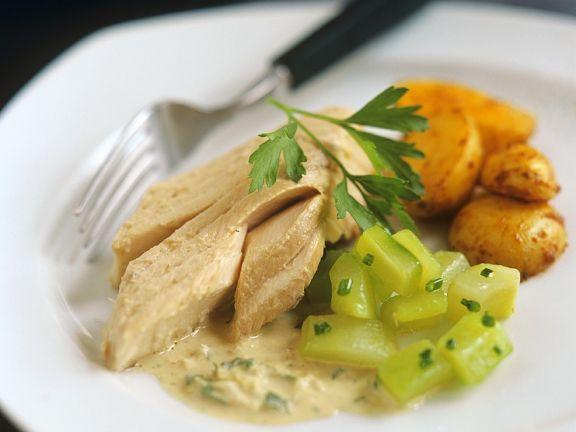 Lachs mit Weinsauce und Gemüse
