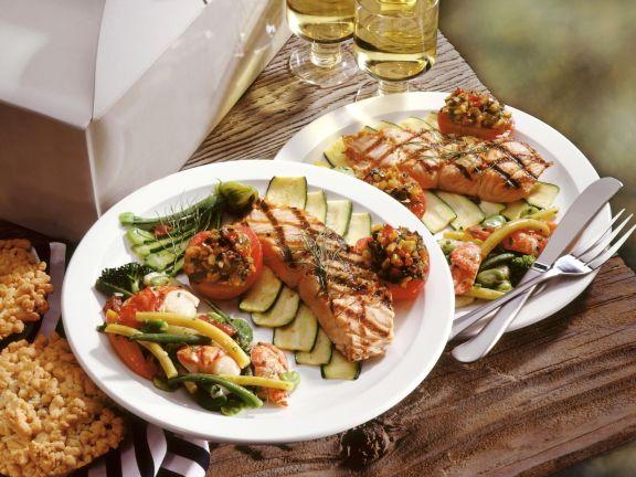 Lachs vom Grill mit Gemüse und Garnelen-Salat