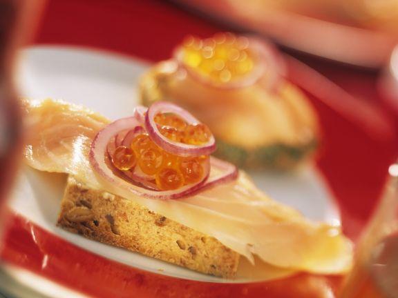 Lachsbrötchen mit Kaviar auf norwegische Art