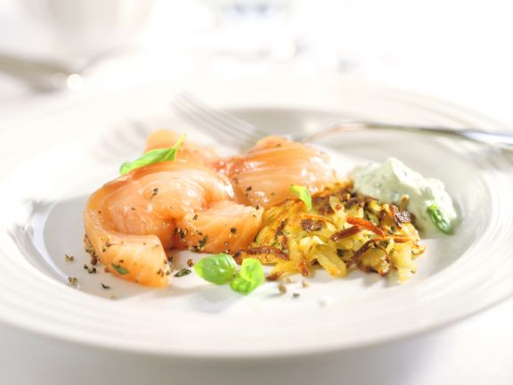 Lachsfilet mit Basilikumcreme und Zucchini-Rösti