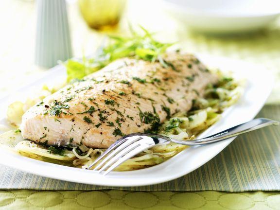 Lachsfilet mit Kartoffeln, Sellerie, Zwiebeln und Kräutern