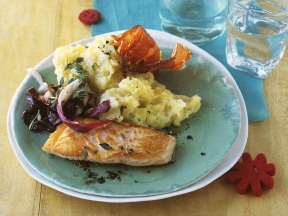 Lachsfilet mit Radicchio und fruchtigem Kartoffelpüree