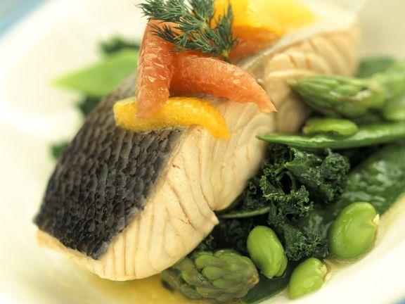 Lachsfilet mit Zitrusfrüchten und grünem Gemüse