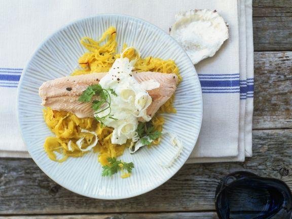 Lachsforellenfilet mit Meerrettich und fruchtigem Rettich-Salat