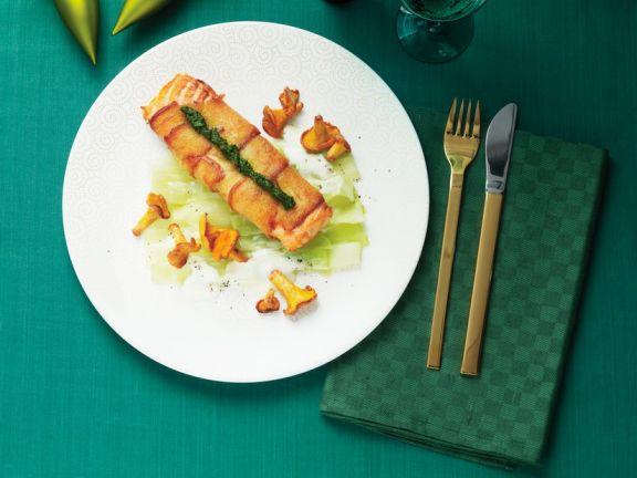Lachspäcken im Brotmantel mit Gemüse und Pilzen