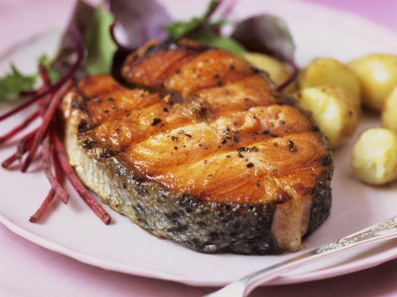 Lachssteak vom Grill mit Kartoffeln