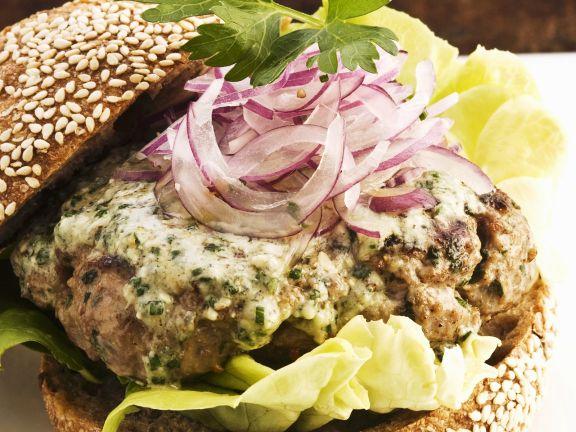 Lamm-Burger mit Käse und Zwiebeln
