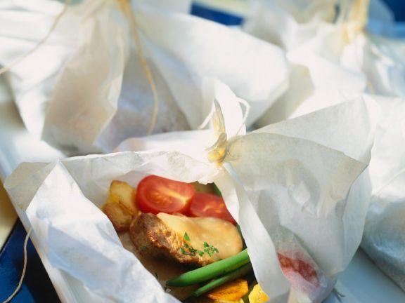 Lamm mit Gemüse in Papier gegart