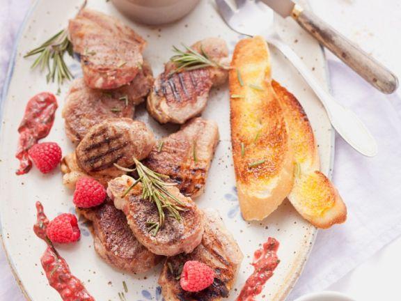 Lammchops vom Grill mit fruchtigen Saucen