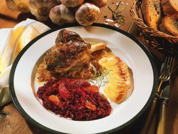 Lammhaxe mit fruchtigen Rotkohl und Kartoffelgratin