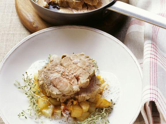 Lammkamm mit Quendelsoße und gebratenen Kartoffeln